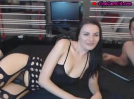 امرأة سمراء مع الثدي الضخم يحصل مارس الجنس