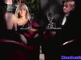 عامل سري بريطاني زاحف يلعب مع وقحة الأبنوس