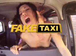 سيارة أجرة وهمية ناضجة ديليسيا كارولين فقط لدغ لسانها