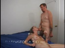 يقديم زوجته مقابيل المال