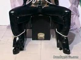امرأة سمراء فتاة اللاتكس يحصل الحمار مارس الجنس