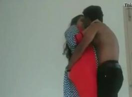 قبلة ساخنة وامصي كس من خلال ملابسها الداخلية على رقبتها