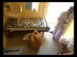 رجل قديم قرنية بونكس ستيبياته الجديدة في بوسها أثناء تنظيف المطبخ