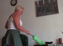 الجدة السمين فرك لها كس العصير على ديك كبيرة
