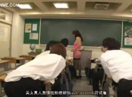المعلم قرنية يحصل على اللعنة جيدة من قبل طالبه شاب في دور ديكور