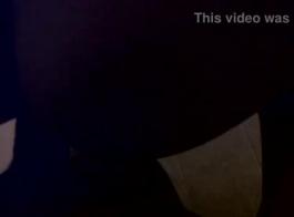 امرأة سمراء غال في خمر دنة حمراء يحصل قصفت هزلي على الطاولة