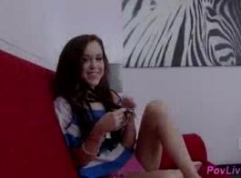 في سن المراهقة الصغيرة يحصل على مقبض لها امتص بجد
