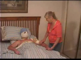 طبيب يعطي المريض عن طريق الفم ويحصل على حمولة نائب الرئيس في فمه