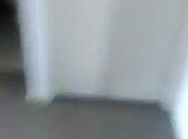 آباء مراهقين بانج يستقر سرا في الغرفة في المرح رباعية