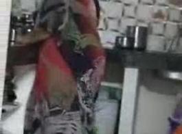 أمي الآسيوية مفلس تأخذ ديك ضخمة في ثقبها العصير