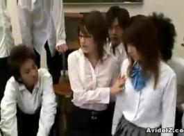 الطلاب اليابانيين الصغيرة الآسيوية لبعض اللعب قرنية