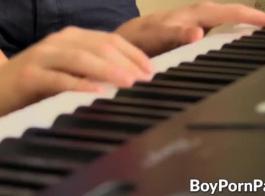 رائعة البيانو امرأة سمراء كبيرة المغفلون المنزل وحده.