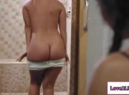 جينا ساتيفا يحتفظ بساقيها وانتشارها ورفعت عالية والحصول على مارس الجنس أثناء التمرين.