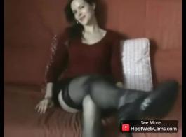 إغاظة امرأة سمراء مارس الجنس من قبل المدلك.