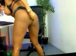 صوفيا لوملي هي امرأة شقراء تحطيم تحب العادة السرية على الأريكة البيضاء.