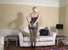 امرأة سمراء طويل القامة ممارسة الجنس.