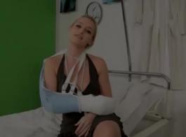 ممرضة شقراء، آريا سكاي هي ممارسة الجنس الشرجي البري مع مريضها، في المستشفى.