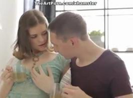 الفرخ الصاروخي مع كس حلق تماما هو تناول بوسها الرطب صديقتها.