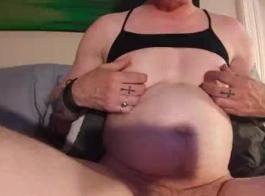 يحب كاترينا أن تجد لعبة جنسية جديدة لطيفة لإعطاء متعة كس ضيق.