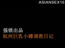 سيدة الآسيوية الساخنة فرك بعض الألعاب بلطف بينما يلعبون في مكان النزهة.