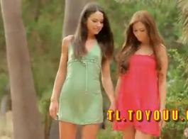 جميلة في سن المراهقة شقراء وامرأة سمراء التفكير القذرة تجعل الحب مع بعضها البعض واستخدام بعض الألعاب
