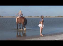 يحب ميلا ساتيفا نشر ساقيها مفتوحة على مصراعيها وحصلت على كس يمسح، قبل الحصول مارس الجنس