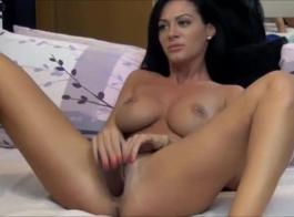 امرأة سمراء رائعة مع كبير الثدي، حصلت ريو باطب مارس الجنس في الحمار، حتى جاءت.