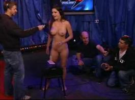 يحب جيسيكا جايمز نشر ساقيها مفتوحة على مصراعيها والحصول على مارس الجنس من الصعب، بجوار جارتها.