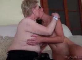 امرأة سمراء في سن المراهقة تتمتع الجنس الشرجي بين الأعراق.