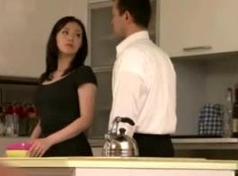 ربة منزل يابانية دائما في مزاج تدليك صابون، حتى مع زوجها.