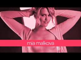 تحصل مارس الجنس من ميا مالكوفا من الخلف، خلال مغامرة جنسية مجموعة عارضة، وتئن خلال هزات الجماع.
