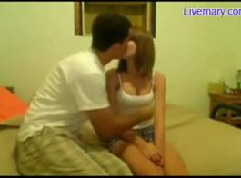 امرأة شقراء تنتشر ساقيها مفتوحة على مصراعيها، لرجل طلب منها أن تفعل شيئا غير مطيع.