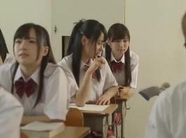 يلعبون فاتنة يابانية مع ديك أسود واحد بعد آخر أثناء امتصاص واحد في نفس الوقت.