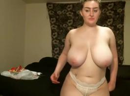 شقراء في سن المراهقة مع كس شعر استمناء مع لعبة الجنس أمام كاميرا الويب الخاصة بها.