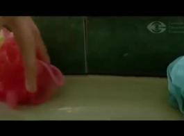 الجمال شقراء الساخنة، يرتدي كريستال بيرس ساقي مفتوحة على مصراعيها بينما صديقها سخيف لها