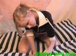 فتاة الهواة الساخنة مع الثدي الصغيرة، تمتص النيئ كاديس اثنين من الديوك خلال رباعية على الشاطئ.