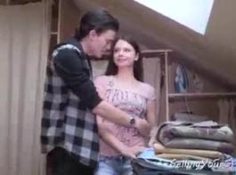 امرأة سمراء في سن المراهقة الروسية حريصة على اللعب بوسها مع هزاز، أثناء الحصول على جرعاتها اليومية من الجنس.