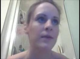 تم إنجاز امرأة سمراء مفلس العينين بأزرق مع روتينها اليومي الممتد، لذلك كان الوقت لممارسة الجنس.