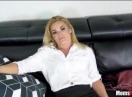 فاتنة الساخنة تقوم بعمل روتين تمتد أثناء قيام حبيبها بجعل مقطع فيديو لها.