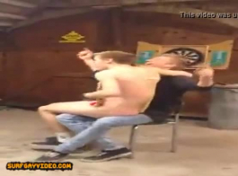 الرجال في سن المراهقة قرنية في الحمار اللعب اللعب.