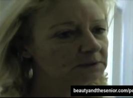شقراء الشعر الساخن الشعر يعرف بيررسك أثناء تحفيز البظر لها.