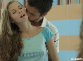 ينتشر في سن المراهقة الشقراء الحسية ساقي مفتوحة على مصراعيها والحصول على مارس الجنس، في الحمار.