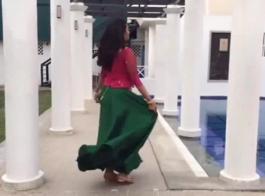 امرأة سمراء لطيف تخرج من كس الآسيوية الصلب الحلق.