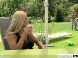 يتم التعامل مع شقراء ناضجة بوسها من خلال أصابع حبيبتها الجديدة.