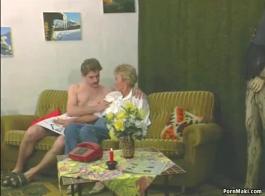 زوجة ساخنة، تحاول إغواء صديق زوجها الذي يحب أن يمارس الجنس معها في أريكة صلبة.