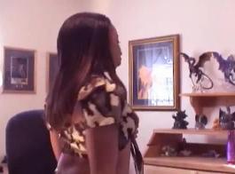 تحصل مارس الجنس الفتيات في كلية سلوتي في غرفة المعيشة والاستعداد لنائب الرئيس على وجوههم.