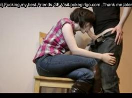 امرأة سمراء الساخنة مع الثدي الصغيرة يحب اللعب مع بوسها، مع أخذ الديك ضخمة.