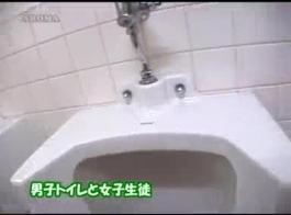 تلميذة اليابانية أثارت حريصة على جعلها أول فيديو إباحي وجعل الكثير من المال.