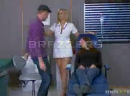 ممرضة مخصصة للغاية تعمل مع رجل يعرف كيفية الحفاظ على صحةها.