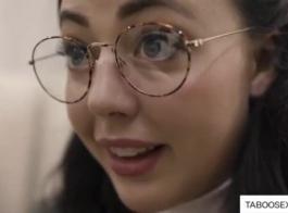 امرأة سمراء مع النظارات هي امتصاص ديك شريكها قبل الحصول عليها من الظهر.